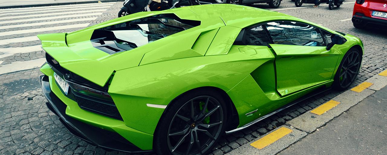 voiture de luxe couleur verte